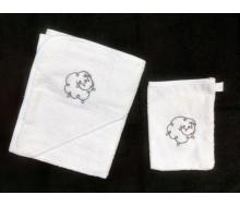 Badcape en washandje in witte badstof met grijs geborduurd schaapje