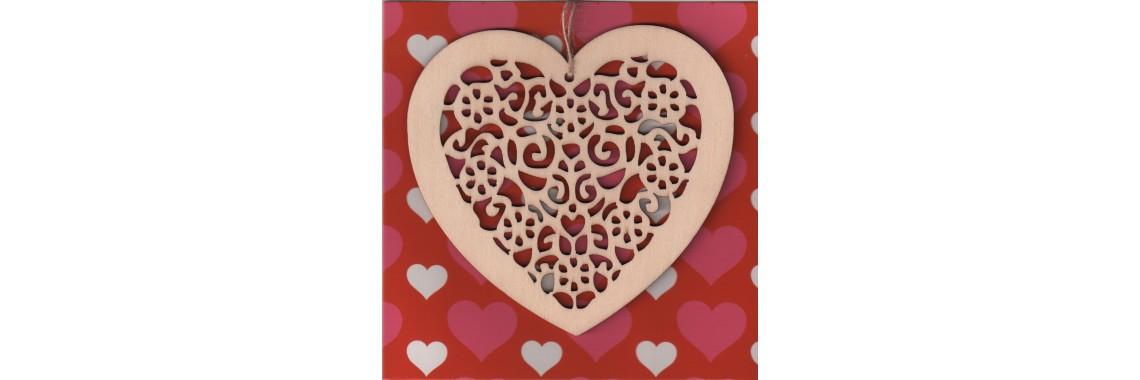 Kaart met houten hanger in hartvorm